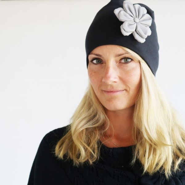 Cap with reflective flower, black
